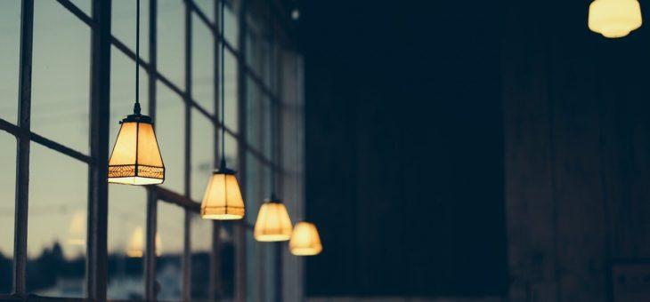 Stolní lampy a další tipy, jak prosvětlit domácnost